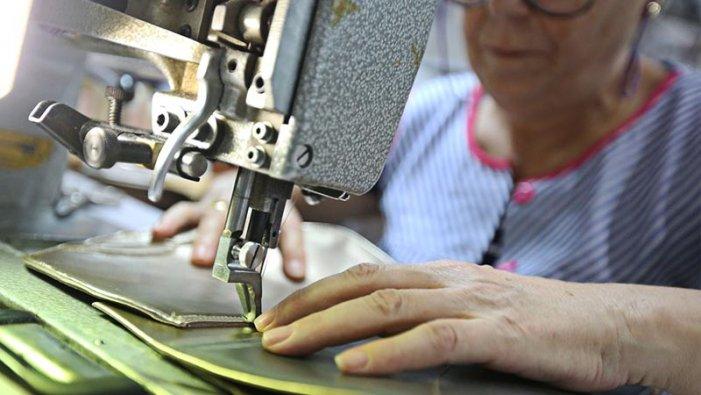Gran exemple de classe: treballadores del calçat cusen màscares de manera solidària