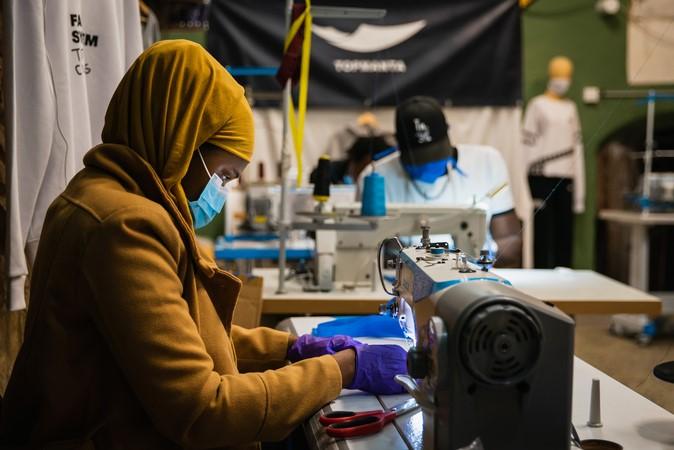 """Un exemple de classe: els """"manters"""" confeccionen material sanitari per pal·liar la crisi"""