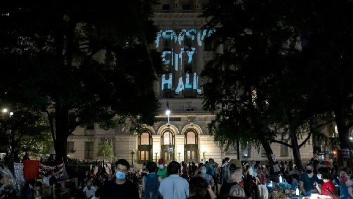 Centenars de persones ocupen el City Hall per a cridar a desfinanciar la Policia de Nova York